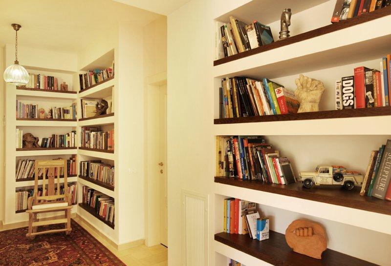 מדפי הספריה הם גם מרחב לביטוי אישי