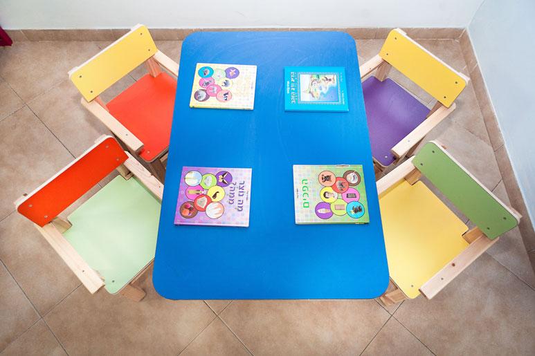 פעילויות שונות בגן מצריכות עיצוב שונה, בצבעים נכונים. פינת ישיבה זו נעימה ושלווה, אך לא במידה הפוגעת בעירנות אלא להפך: מעודדת קשב וריכוז.