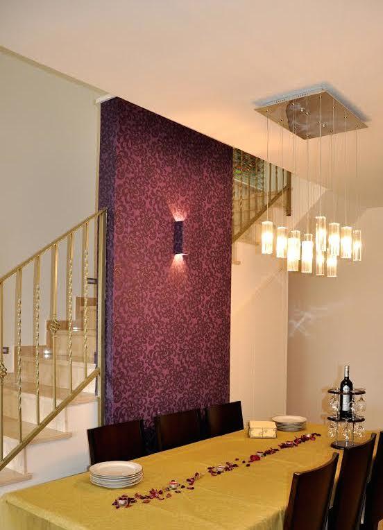 פרוייקט ראשון: קיר דקורטיבי שנבנה במיוחד מול דלת הכניסה בדירה, כדי להכניס את הדיירים לאווירה מעוצבת מיד בהיכנסם לבית.