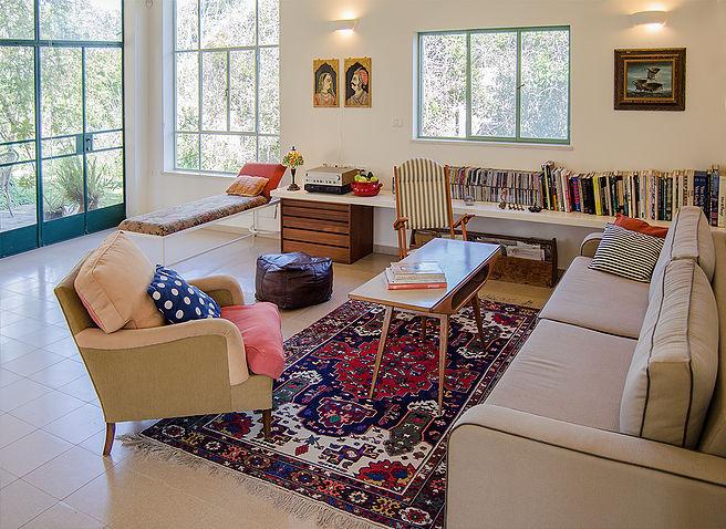 היכן יעמדו רגליי הרהיטים? על השטיח? מחוץ לשטיח? אולי חצי וחצי? כל התשובות נכונות