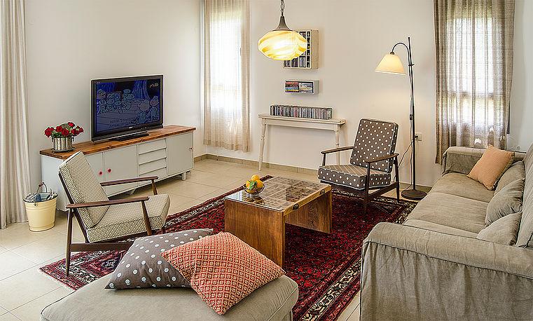 אתגרו את השטיח עם משחקי טקסטיל וצבע המגיעים מכיוון הספות והכריות